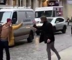 Deux personnes se querellent dans la rue à force de doigt d'honneur