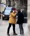 Deux hommes s'affrontent à grands coups de doigt d'honneur