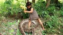 Primitive Technology - Finding Snake By Girl in forest // Des nouvelles méthodes primitives pour vivre