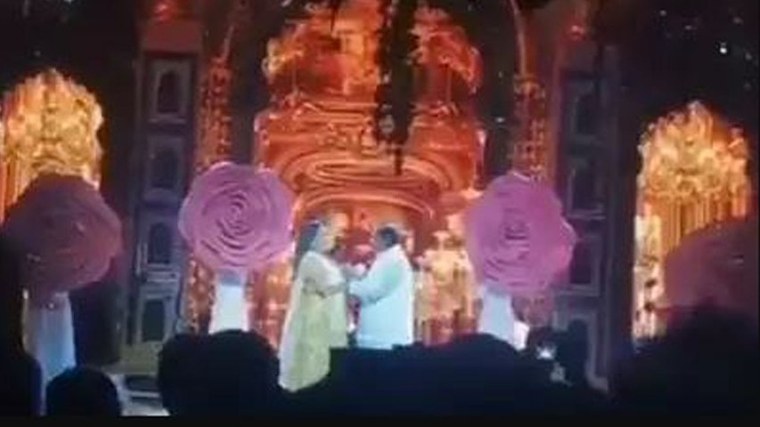 Isha Ambani के Sangeet Ceremony में मां Nita Ambani, पिता Mukesh Ambani ने किया Dance | Boldsky