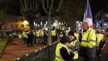 Des Gilets jaunes de l'Ain mobilisés devant la préfecture de Bourg-en-Bresse après le discours d'Emmanuel Macron