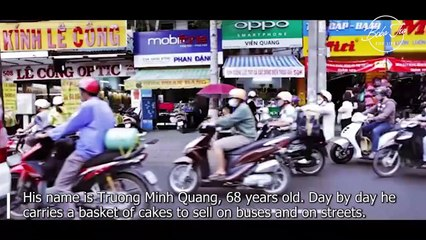 Touching story of a blind man selling cakes to help his wife
