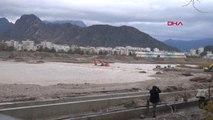 Antalya Boğa Çayında İş Makinesi Sulara Gömüldü