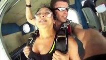 2 parachutistes se font frôler par un avion... fou