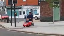 Un enfant conduit sont papa en voiturette électrique