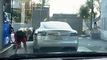 Elle essaie de mettre de l'essence dans sa... Tesla electrique