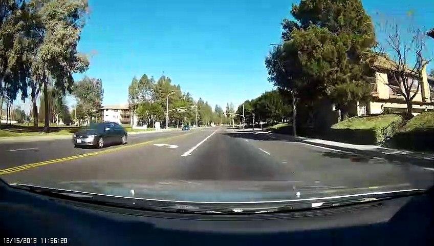 ¡Salva a un niño  que jugaba solo en la carretera!