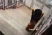 Un livreur vole le contenu d'un colis avant de le déposer !