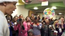 Obama en Père Noël distribue des cadeaux aux enfants malades