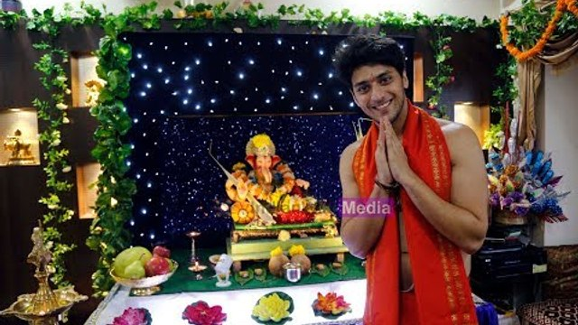 Kinshuk Vaidya welcomes Lord Ganesha in a unique style