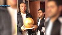 Jamel Debbouze remet un Ballon d'Or à Kylian Mbappé