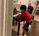 Un enfant surpris en train de faire ses devoirs avec l'aide d'Alexa !