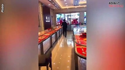 """China's hilarious """"jewelry stealing prank"""" giving unsuspecting employees heart attacks has gone viral"""