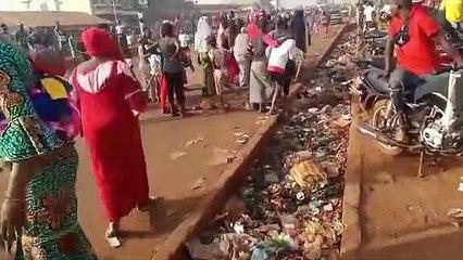Des femmes manifestent dans la rue à Kagbelen