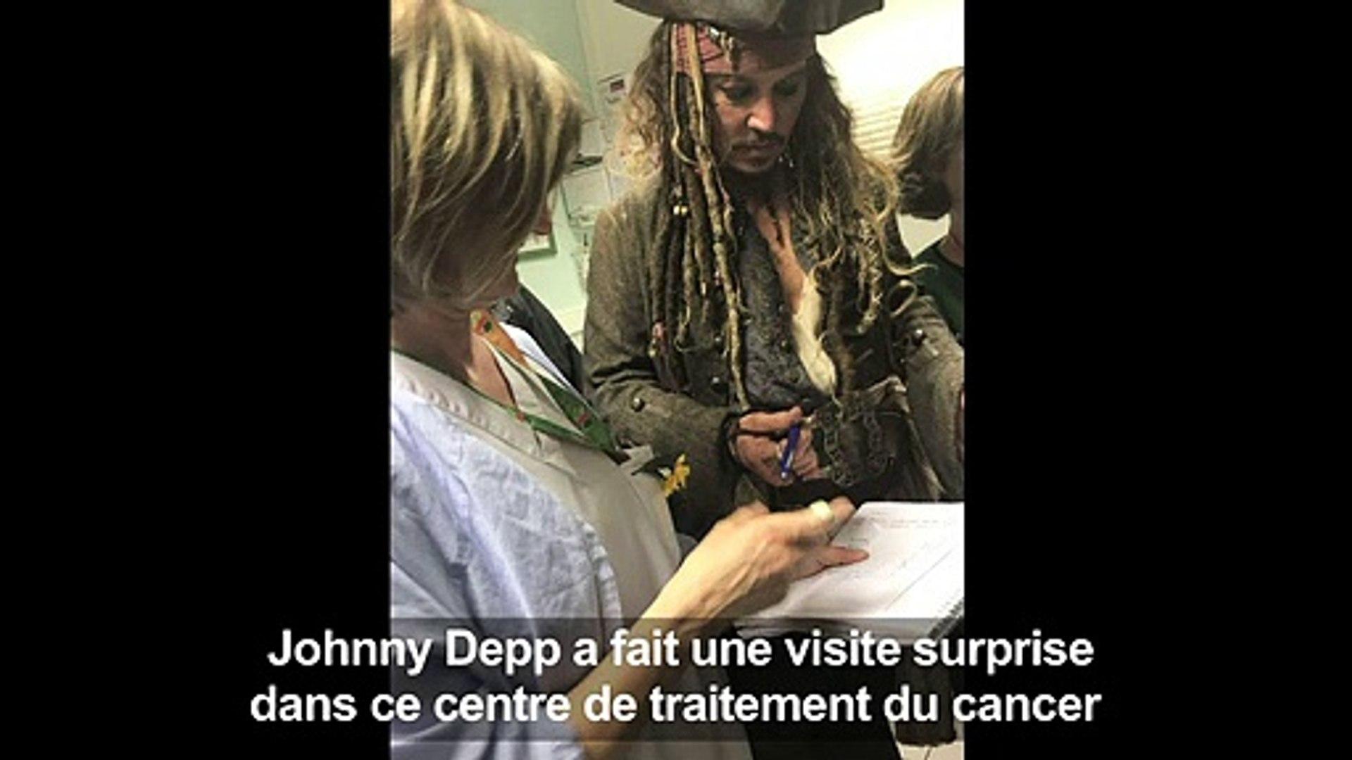 Johnny Depp, en Jack Sparrow, visite des enfants malades à Paris