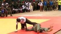 Des militaires font une démonstration d'arts martiaux au camp Samory Touré