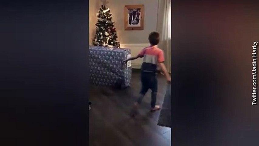 Dječak božićni poklon