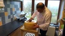 Ouvrir un fromage parmesan de 40cm d'épaisseur !