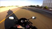 Un motard évite de justesse le pire sur l'autoroute... joli reflexe