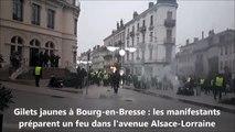 Gilets jaunes à Bourg-en-Bresse : les manifestants préparent un feu dans l'avenue Alsace-Lorraine