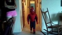 Déguisé en Spiderman ce gamin éternue dans son costume... toile d'araignée sur le nez