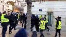 VIDÉO - Un policier a été filmé en train de frapper plusieurs personnes aujourd'hui avenue Vauban à Toulon
