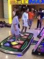 Deux filles ont perdent leurs courgettes en s'amusant sur un jeu de danse