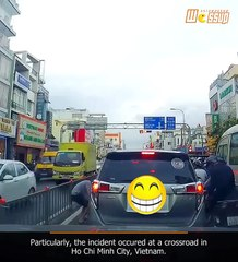 Bring trash back to the owner, Vietnamese man teaches driver a lesson of street etiquette