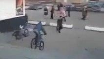Vélo: ce piéton a eu très, très chaud