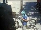 Un voleur de vélo se fait calmer avec un coup de pied dans la tête
