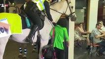 Elle frappe un cheval de police, elle n'aurait jamais dû