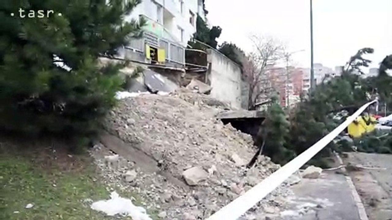 BRATISLAVA: Čiastkový zosun pôdy v blízkosti bytového domu v Karlovej Vsi