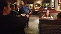Bon anniversaire en langue des signes chanté par les serveurs d'un restaurant !