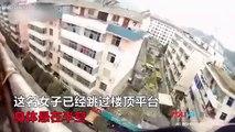 Cet homme chinois empêche sa femme de sauter par la fenetre en l'attrapant par sa queue de cheval