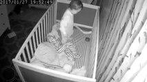 Cet adorable petit enfant joue le hockey dans son lit