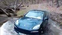 La mauvaise idée du jour : traverser une riviere avec son Porsche Cayenne