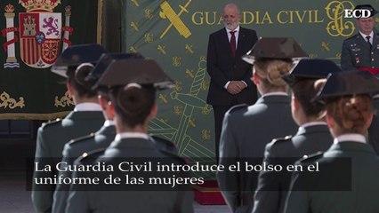 La Guardia Civil introduce el bolso en el uniforme de las mujeres