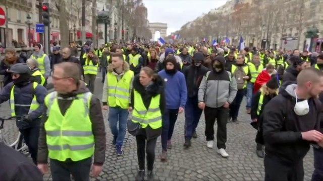 La manifestation des gilets jaunes descend tranquillement les Champs-Élysées