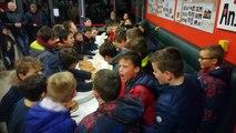 Des jeunes heureux de partager la galette