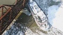 Un bateau de croisière se retrouve coincé sous un pont ferroviaire