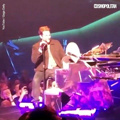 Lady gaga et Bradley Cooper chantent Shallow en concert