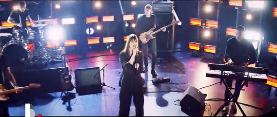 "Clara Luciani chante ""La grenade"" en live pour ""Basique"""