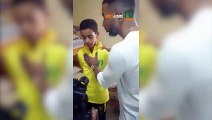 Quand l'attaquant Samuel Etoo et le défenseur Habib Beye conseillent un jeune attaquant