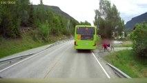 Un écolier ne voit pas le camion arriver derrière un bus alors qu'il traverse