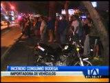 Incendio consume bodega de importadora de vehículos en Guayaquil