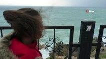 Antalya'da dev dalgalar eşliğinde selfie