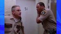 Un homme a des chiens dangereux chez lui, mais ces policiers enfoncent quand même la porte ... Aïe