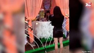 Cô gái đứng nhìn đám cưới người yêu