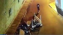 Un homme absorbé par son téléphone tombe dans un trou en marchant