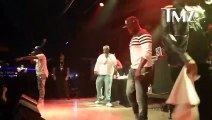 50 Cent frappe une femme qui veut le faire tomber de la scène en plein concert.